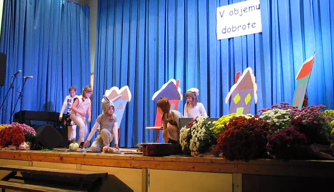 Osnovna šola Rovte nam bo v okviru dramskega krožka pod vodstvom Petre Jenko Lukan zaigrala igrico o Zajčku in repi.