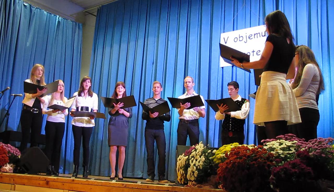 Mladinsko cerkveno vokalno skupino iz Rovt, Petkovca, Grape in Žibrš.