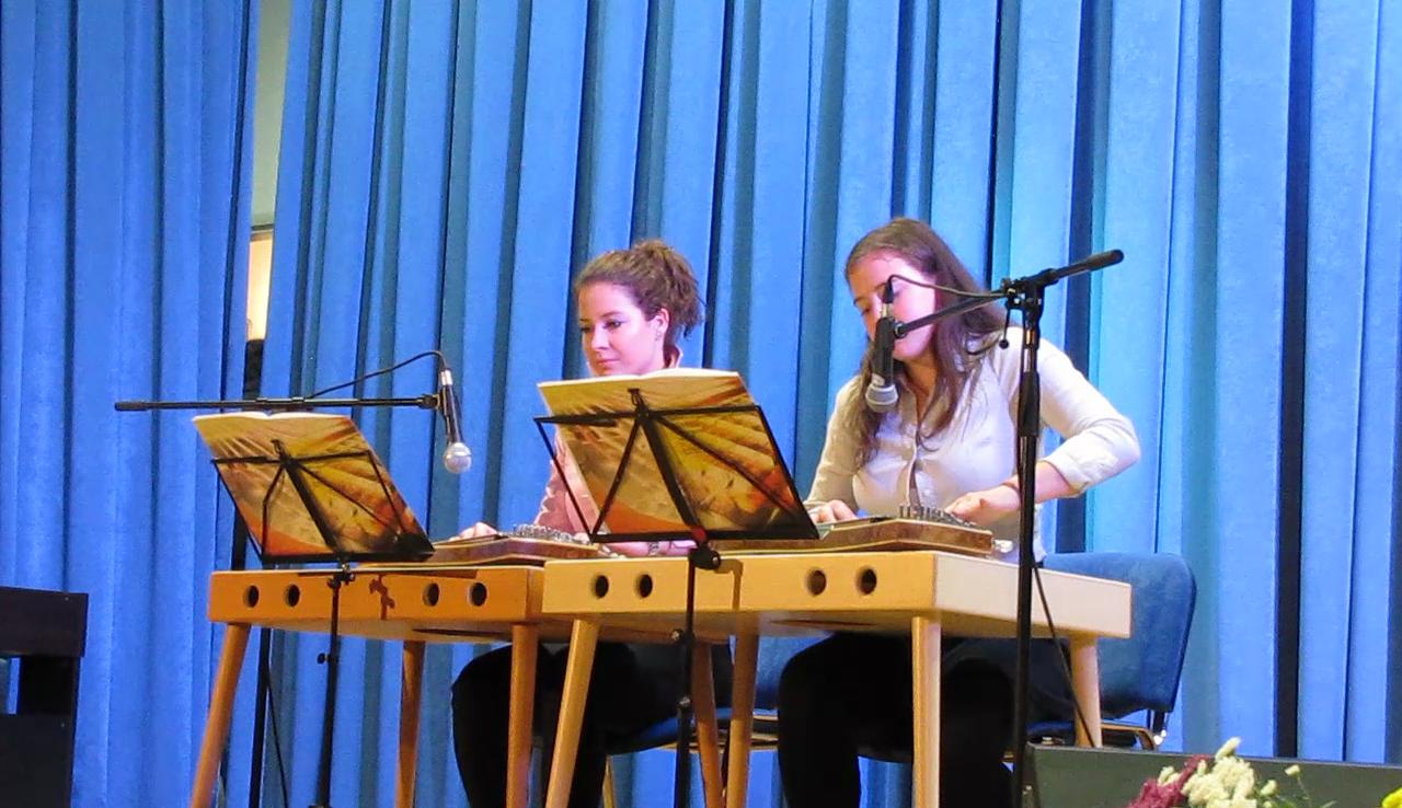 Urša prihaja iz Logatca, Maruša pa iz Žibrš. Obe sta se citer učili v Logatcu, v glasbeni šoli.