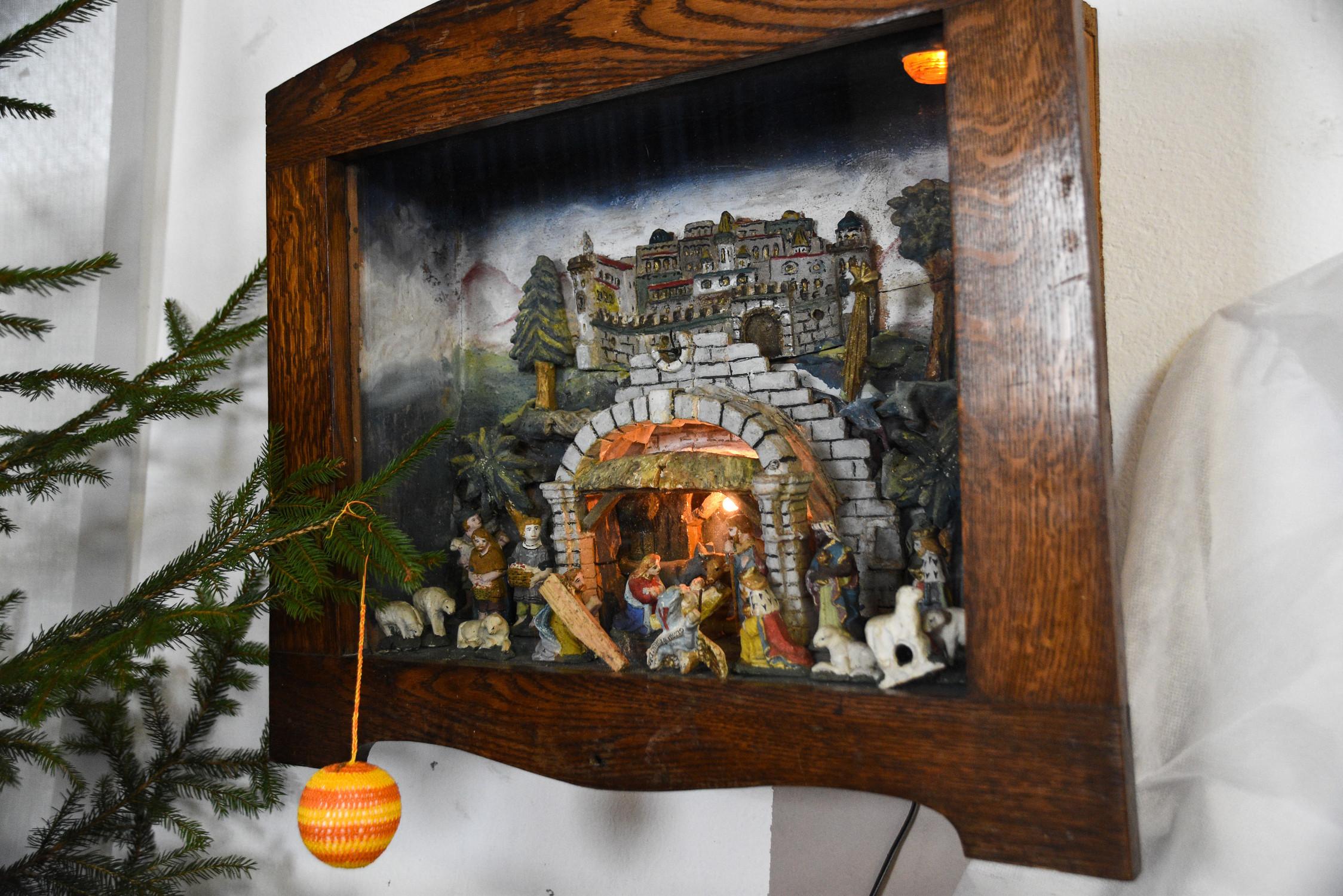 Jaslice v omarici, stare nad 200let, izdelal Merlak iz Hotedršice, Mira Korenč, Tumle, Žibrše 36