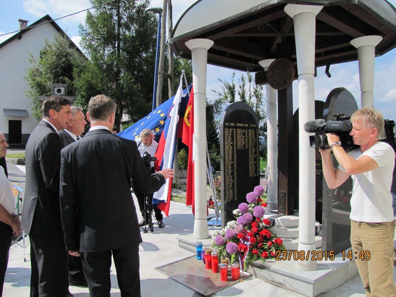 Rovte ob evropskem dnevu totalitarnih in avtoritarnih režimov 23. avgust 2015, Jože Leskovec razloži zgodovino in pomen Kapele Mučencev (Farne Plošče)