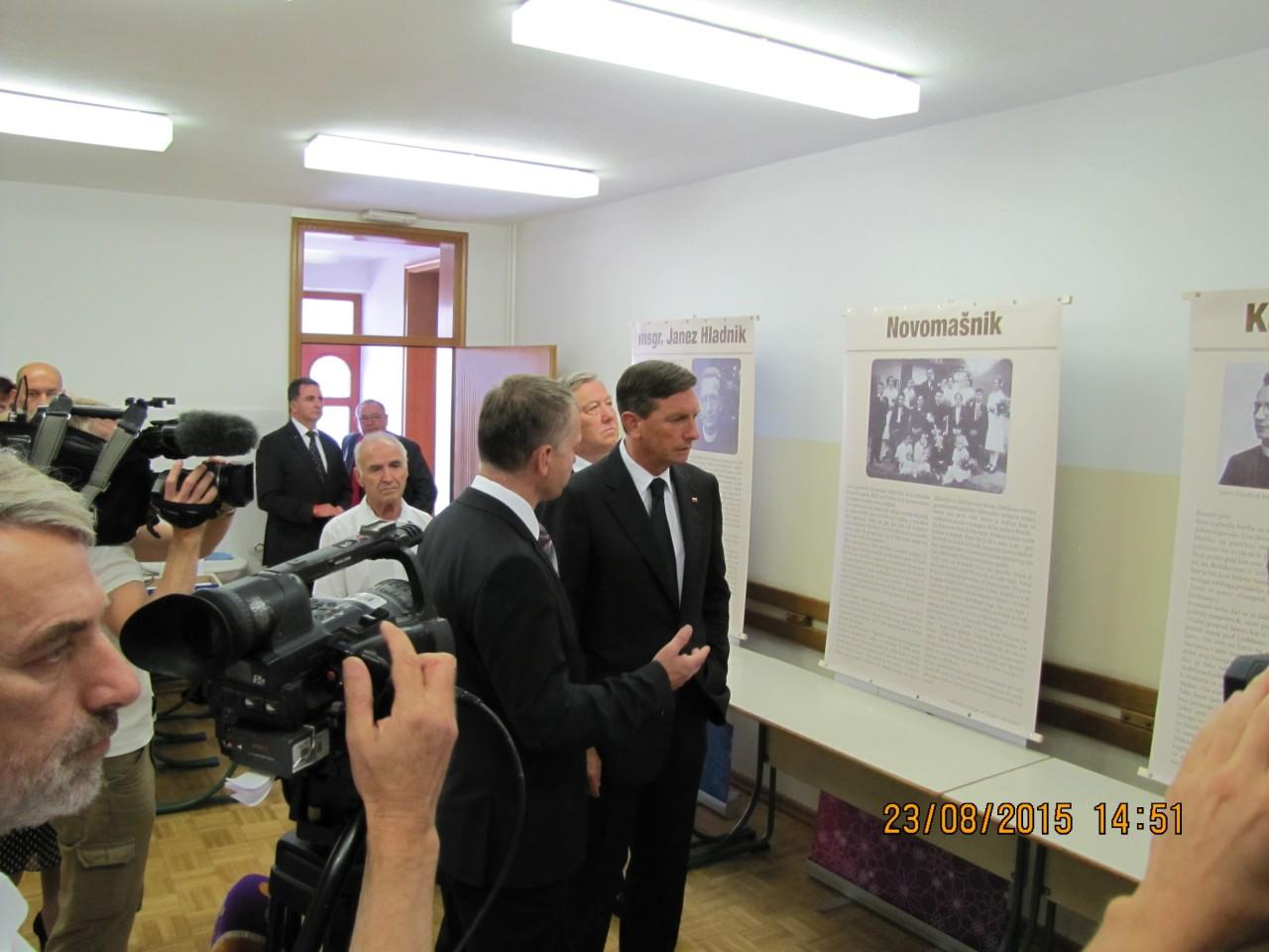 Rovte ob evropskem dnevu totalitarnih in avtoritarnih režimov 23. avgust 2015, Jože Leskovec razloži Borutu Pahor o delu in poslanstvu msgr. Janeza Hladnik