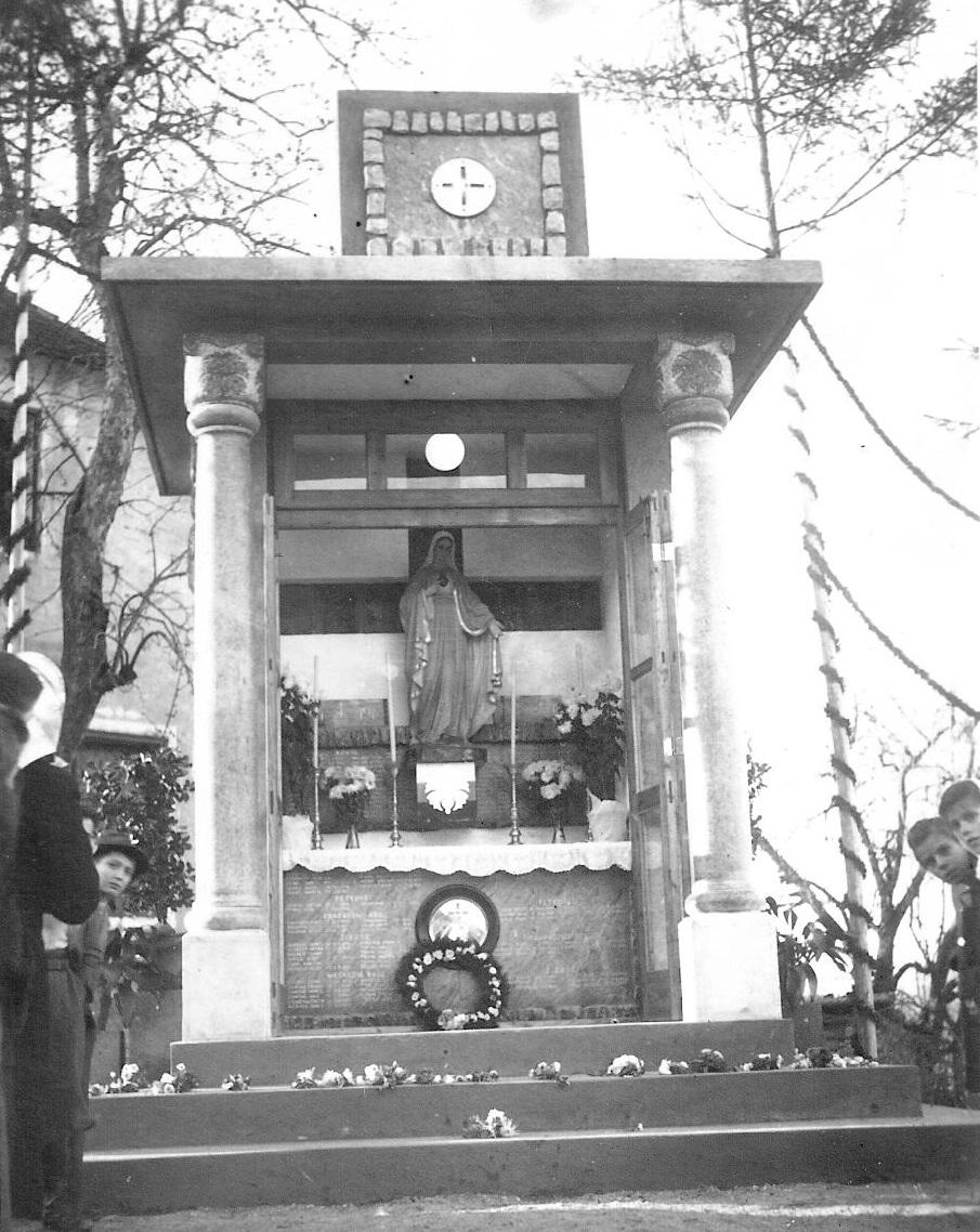 Spominska kapela vsem žrtvam prve in druge svetovne vojne, postavljena  5. novembra 1944, vpisane vse žrtve vojn